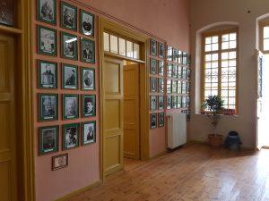 Δεξιά της εισόδου οι διακριθέντες Συγγραφείς , Καλλιτέχνες , Ευεργέτες και Εκπαιδευτικοί